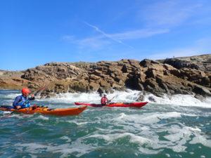 En kayak de mer avec la houle sur la côte Sauvage de Quiberon